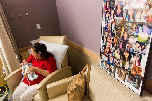 Bà nội chăm sóc bé Angel sau sự ra đi của người mẹ