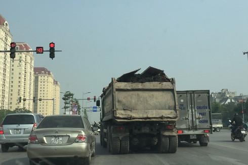 Xe chở quá tải trọng hoạt động trên đường vành đai 2 Hà Nội
