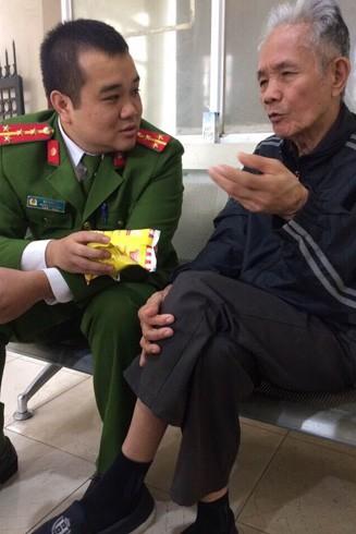 Đại úy Bùi Anh Vũ chăm sóc và giúp đỡ một cụ già đi lạc về với gia đình