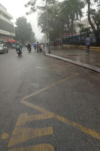 Vỉa hè trước cổng trường Đại Học Y Hà Nội, phố Tôn Thất Tùng, quận Đống Đa khác hẳn với những ngày trước đó