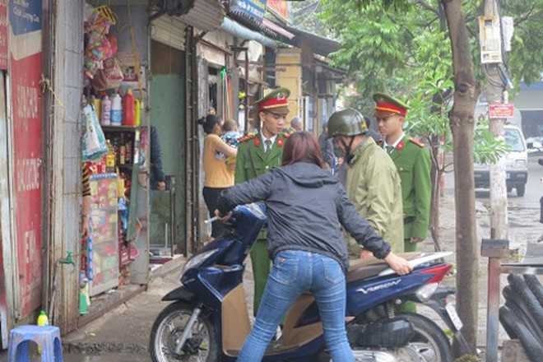 CAP Thượng Thanh, quận Long Biên nhắc nhở các hộ kinh doanh trên mặt phố không để xe máy chiếm dụng vỉa hè của người đi bộ