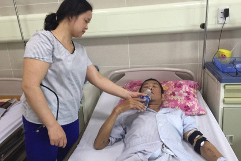 Chị Thương vợ anh Thành chăm sóc cho anh trong quá trình điều trị tại Bệnh viện Bạch Mai