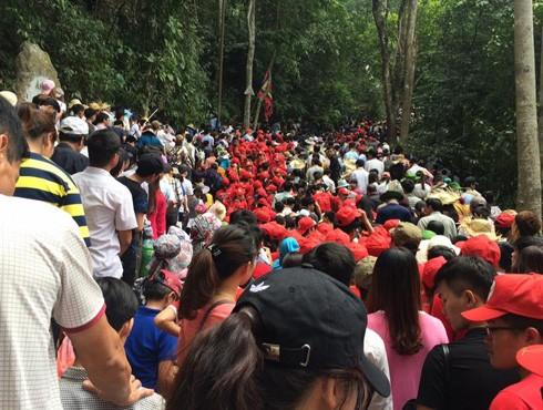 Dòng người đổ về Lễ hội Đền Hùng 2017 tăng đột biến vào ngày 3-4