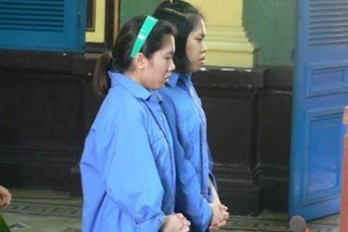 Hai bị cáo - chị em ruột, Duy và Tiên trước vành móng ngựa cùng số ma túy được ngụy trang trong những viên nhộng
