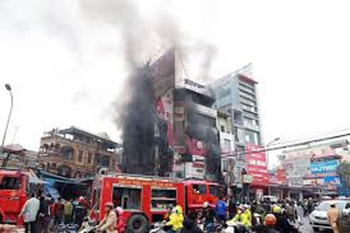 Siêu thị điện máy 6 tầng tại khu vực chợ Xuân Mai bị cháy hoàn toàn
