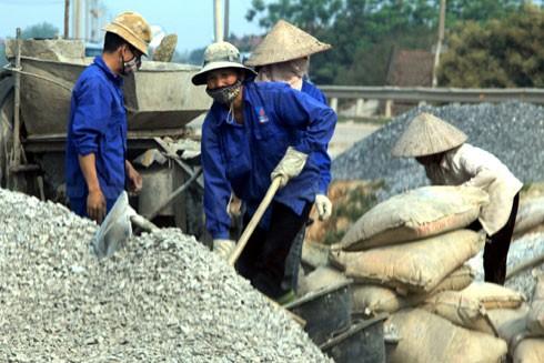 Tăng mức đóng BHXH để đảm bảo quyền lợi của người lao động khi nghỉ hưởng chế độ ốm đau, hưu trí
