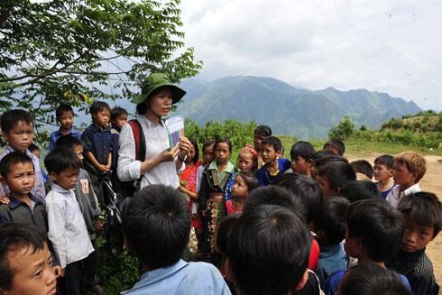 Thành viên nhóm tình nguyện chơi trò chơi với các em học sinh