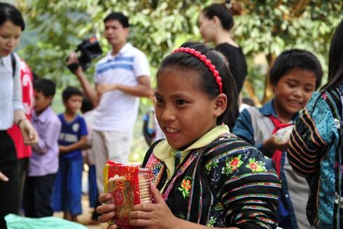 Niềm vui của học sinh trường dân tộc bán trú tiểu học Suối Lềnh khi lần đầu được nhận chiếc bánh Trung thu