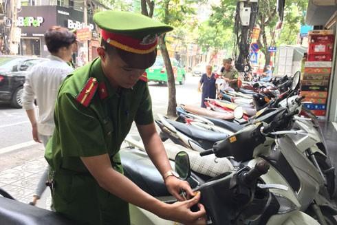 CAP Vĩnh Tuy dán tem cảnh báo trực tiếp vào từng xe máy của người dân
