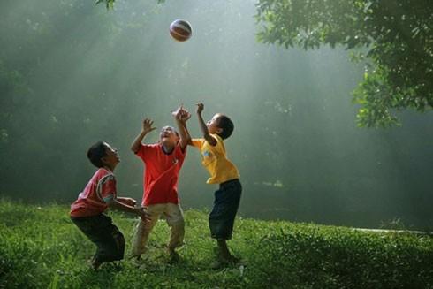 Trẻ con ở thời đại nào thì cũng là biểu tượng của sự trong sáng, vô tư
