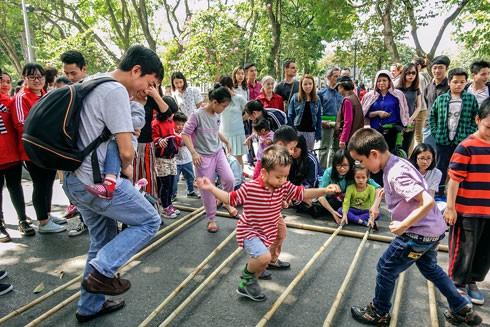 """Niềm vui khi nhảy sạp của các du khách trên phố đi bộ qua tác phẩm """"Vui hết mình"""" - Nguyễn Xuân Lộc"""