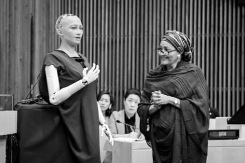 Robot có trí tuệ nhân tạo Sophia đang tương tác với Phó Tổng Thư ký Liên hợp quốc Amina J. Mohammed