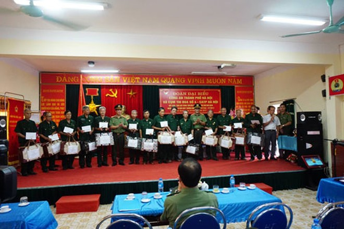 Chỉ huy Phòng Tổ chức cán bộ cùng đại diện Cụm thi đua số 4 - CATP Hà Nội tặng quà các thương bệnh binh tại Trung tâm điều dưỡng thương binh Nho Quan, tỉnh Ninh Bình