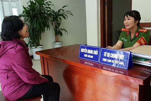 Đại úy Từ Thị Chung Thủy (CAP Bách Khoa, quận Hai Bà Trưng) và công việc tiếp dân hàng ngày
