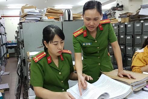 Thiếu tá Bùi Thị Hoa (Phòng Hồ sơ nghiệp vụ - CATP Hà Nội) luôn tận tâm với công việc, hướng dẫn CBCS làm tròn nhiệm vụ