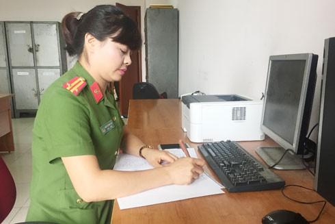 Không quản hiểm nguy, gian khổ, Trung tá Trần Thị Thanh Thủy (Đội CSĐT tội phạm về ma túy - CAQ Long Biên) cùng đồng đội giữ gìn bình yên, hạnh phúc cho mọi nhà