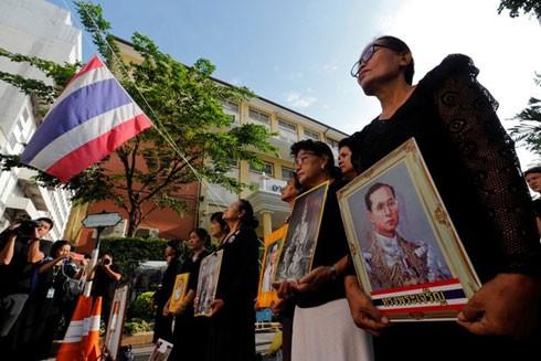 Nhiều người dân Thái Lan đến tiễn đưa cố Quốc vương Bhumibol Adulyadej