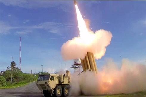 Một tổ hợp tên lửa THAAD của Mỹ khai hỏa trong cuộc diễn tập chống tấn công của tên lửa đạn đạo của đối phương