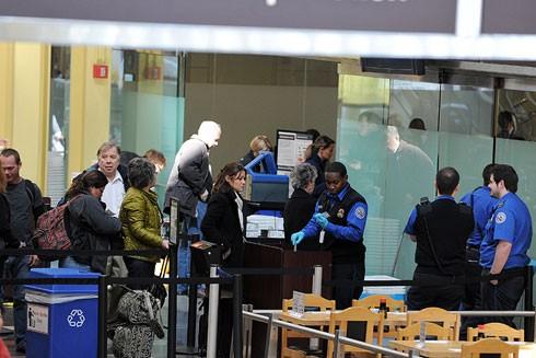 Kiểm tra an ninh tại sân bay quốc gia Ronald Reagan Washington ở Arlington, bang Virginia, Mỹ