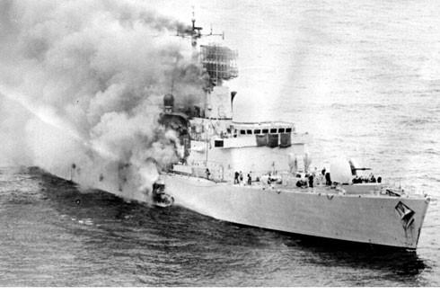 Khu trục HMS Sheffield trúng tên lửa Exocet năm 1982