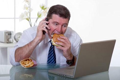 Sai lầm khi ăn trưa dễ gây bệnh