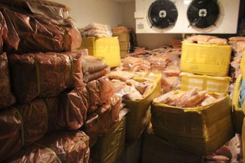 Kho hàng chứa 5 tấn thực phẩm không rõ nguồn gốc bị lực lượng chức năng phát hiện
