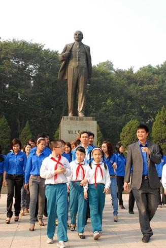 Đặt hoa tại Tượng đài V.I.Lê nin ở Hà Nội để tướng nhớ vị Lãnh tụ vĩ đại của giai cấp vô sản