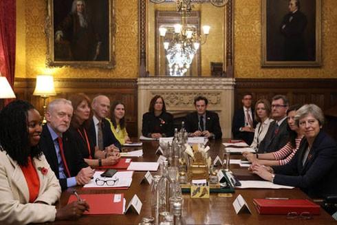 Thủ tướng Theresa May (ngoài cùng bên phải) trong cuộc gặp với lãnh đạo các chính đảng nhằm đưa ra các biện pháp chung giải quyết những cáo buộc về quấy rối tình dục