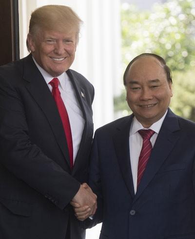 Thủ tướng Nguyễn Xuân Phúc (phải) và Tổng thống Hoa Kỳ Donald Trump trong cuộc gặp và hội đàm tại Nhà Trắng ở Washington DC., ngày 31-5-2017