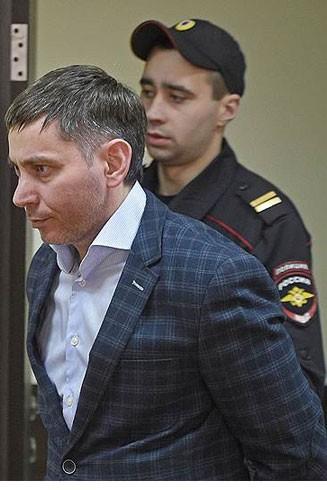 Shavlokhov (bên trái) bị kết án về tội nhận hối lộ