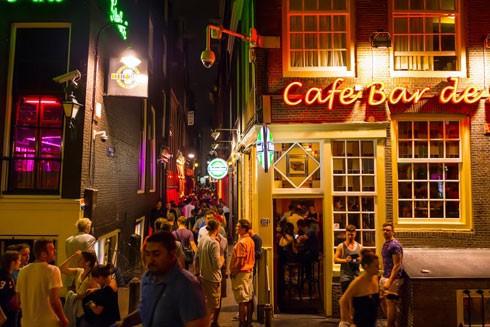 Du khách chen chân trong khu phố đèn đỏ ở Amsterdam