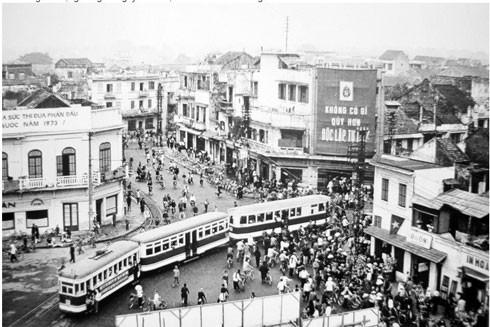 Hồ Hoàn Kiếm năm 1973 - thời điểm này, Hà Nội đã quản lý nhân khẩu bằng sổ hộ khẩu