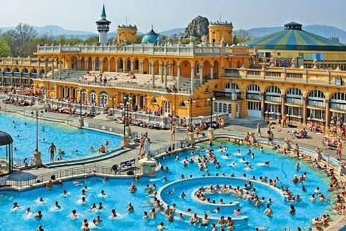 Bơi giữa mùa đông trong lâu đài cổ ở Budapest