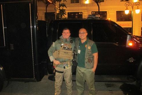 Lính đặc nhiệm chống tấn công của đội bảo vệ Tổng thống Mỹ vui vẻ chụp ảnh cùng phóng viên Báo ANTĐ