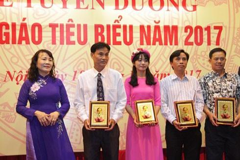Thứ trưởng Bộ GD-ĐT Nguyễn Thị Nghĩa trao quà và kỷ niệm chương cho các nhà giáo tiêu biểu năm 2017