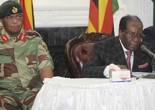 Tổng thống Zimbabwe Robert Mugabe (bên phải) trong bài phát biểu được truyền hình trực tiếp ngày 19-11