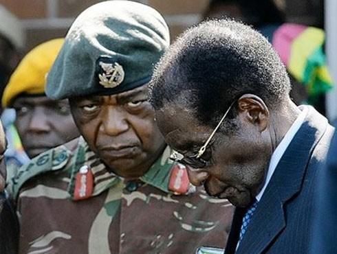 Ông Mugabe (bên phải) bị bắt buộc từ chức sau cuộc binh biến ngày 15-11