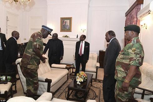 Linh mục Fidelis Mukonori (thứ hai từ trái sang) trong cuộc gặp bàn về việc từ chức của Tổng thống Mugabe với các tướng lĩnh