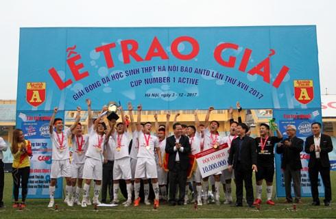 Đại diện Ban tổ chức Giải bóng đá học sinh THPT Hà Nội - Báo An ninh Thủ đô lần thứ XVII 2017 - Cúp Number 1 Active trao Cup vô địch cho các cầu thủ trường THPT Nguyễn Thị Minh Khai