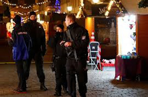 Cảnh sát sơ tán toàn bộ một khu chợ Giáng sinh và khu vực xung quanh tại thành phố Potsdam gần Berlin, Đức, ngày 1-12-2017
