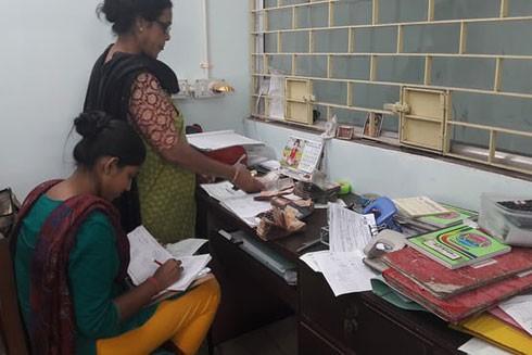 Nhân viên ngân hàng Usha Bank ở thành phố Kolkata, Ấn Độ