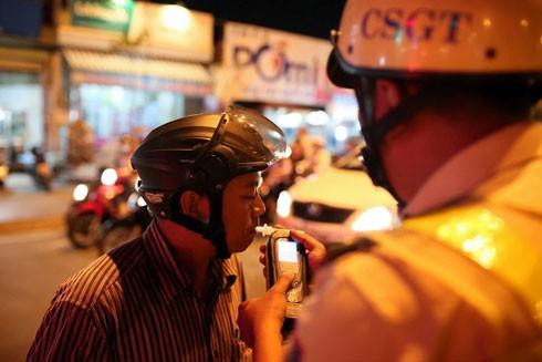 CSGT kiểm tra, xử lý người vi phạm giao thông liên quan đến sử dụng bia rượu