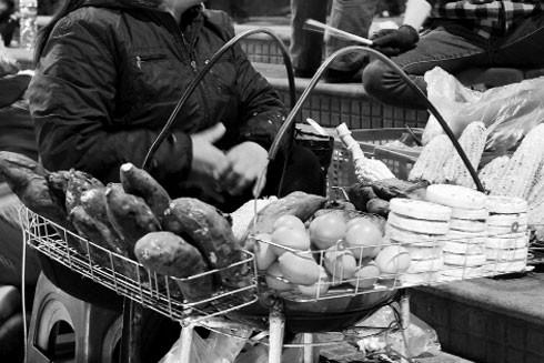 Những khay than hồng nướng khoai thơm nức góc phố Hà Nội mùa đông