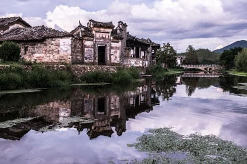 Làng cổ ở Phúc Châu, Giang Tây ngày trước và chiếc cổng bằng đá trong khu nghỉ dưỡng Thượng Hải hiện nay