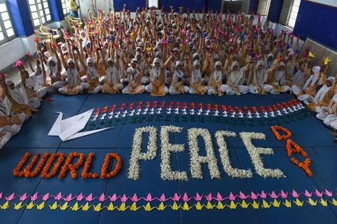 Trẻ em tham gia hoạt động kỷ niệm Ngày Hòa bình quốc tế do LHQ phát động, tại Ahmedabad (Ấn Độ) ngày 21-9-2017