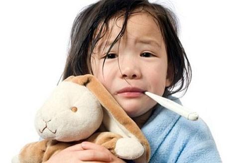 Khi trẻ bị cúm, không nên tự ý cho trẻ dùng thuốc vì có thể phản tác dụng