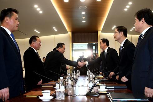 Trưởng đoàn đàm phán Triều Tiên Ri Son-gwon (bên trái, phía trước) và Trưởng đoàn đàm phán Hàn Quốc Cho Myoung-gyon (phải) trong cuộc đàm phán tại làng đình chiến Panmunjom ngày 9-1