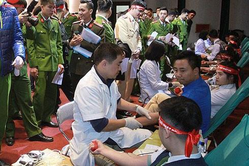 Ngày 13-1, gần 1.000 cán bộ, chiến sĩ CATP Hà Nội đã tham gia Ngày hội hiến máu tình nguyện hưởng ứng Chương trình Chủ Nhật Đỏ lần thứ 10 năm 2018