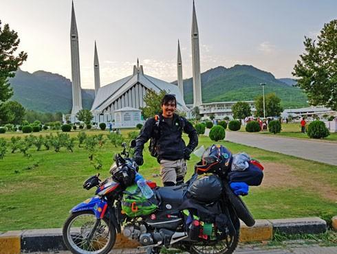 Chàng trai đi xe máy vòng quanh thế giới