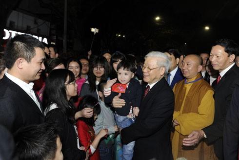 Tổng Bí thư Nguyễn Phú Trọng chúc Tết nhân dân Thủ đô đón năm mới bên bờ hồ Hoàn Kiếm